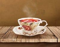 Tazza di tè della porcellana sopra la tavola di legno con il percorso di ritaglio Immagini Stock