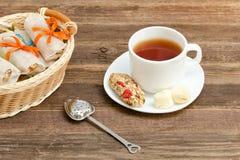 Tazza di tè, delle barre di muesli e del filtro del tè Canestro di vimini con la barra Fotografia Stock Libera da Diritti