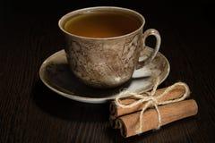 Tazza di tè di Brown e piattino, un pacco di cannella, zucchero Immagine Stock Libera da Diritti