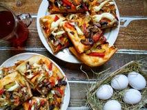 tazza di tè, di pizza casalinga e delle uova Fotografia Stock