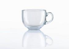 Tazza di tè di vetro vuota su fondo bianco immagine stock