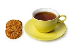 Tazza di tè e dei biscotti con i dadi Immagini Stock