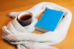 Tazza di tè e del libro Fotografia Stock