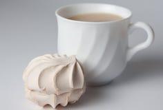 Tazza di tè e della caramella gommosa e molle fotografia stock libera da diritti