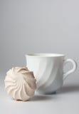 Tazza di tè e della caramella gommosa e molle immagine stock libera da diritti