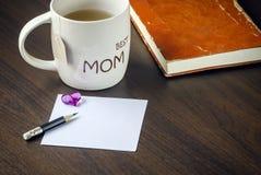 Tazza di tè e della nota in bianco fotografie stock libere da diritti