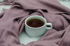 Tazza di tè e della sciarpa immagine stock