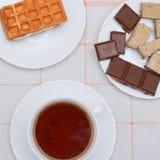 Tazza di tè e di cioccolato con i dadi Immagine Stock