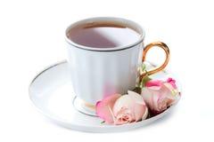 Tazza di tè e di due rose rosa Fotografia Stock Libera da Diritti