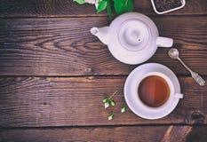 Tazza di tè e di un fabbricante di birra Fotografie Stock Libere da Diritti