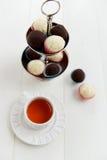 Tazza di tè e tartufi casalinghi Fotografia Stock Libera da Diritti