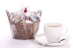 Tazza di tè e un canestro dei biscotti Fotografie Stock Libere da Diritti