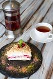Tazza di tè e un pezzo di dolce fotografia stock libera da diritti