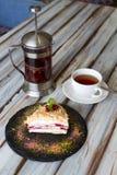 Tazza di tè e un pezzo di dolce fotografie stock