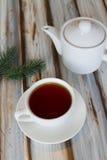 Tazza di tè e una teiera su una tavola immagine stock libera da diritti