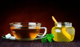 Tazza di tè e vetro di miele Fotografia Stock Libera da Diritti