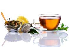 Tazza di tè ed ingredienti del tè su fondo bianco Fotografia Stock Libera da Diritti