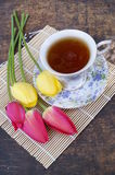 Tazza di tè, fiore del tulipano, su fondo di legno Immagini Stock Libere da Diritti