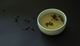 Tazza di tè giapponese con oolong su fondo nero Fotografia Stock Libera da Diritti