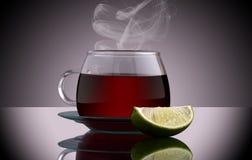 Tazza di tè isolata su fondo grigio Fotografia Stock