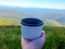 tazza di tè nelle montagne Immagini Stock