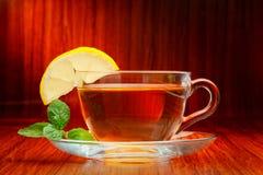 Tazza di tè nero con la menta ed il limone Fotografia Stock Libera da Diritti