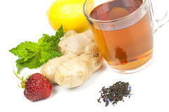 Tazza di tè nero con lo zenzero, il limone e la menta Immagini Stock