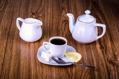 Tazza di tè nero con zucchero ed il limone Immagine Stock Libera da Diritti