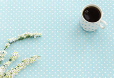 Tazza di tè nero Priorità bassa del puntino di Polka Fotografie Stock