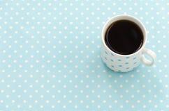 Tazza di tè nero Priorità bassa del puntino di Polka Fotografie Stock Libere da Diritti