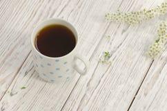 Tazza di tè nero su un fondo di legno Fotografia Stock Libera da Diritti