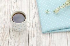 Tazza di tè nero su un fondo di legno Fotografia Stock