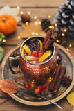 Tazza di tè piccante caldo con anice e cannella Composizione in autunno immagini stock libere da diritti
