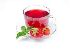 Tazza di tè rosso con le fragole e la menta su un fondo bianco Immagine Stock Libera da Diritti