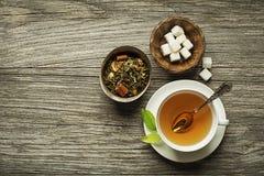Tazza di tè servita con tè verde sano fresco Immagine Stock
