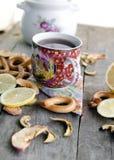 Tazza di tè su una tavola di legno Fotografia Stock