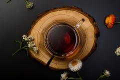 Tazza di tè sull'scrittori di legno fotografia stock