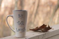 Tazza di tè sulla piattaforma fotografia stock libera da diritti