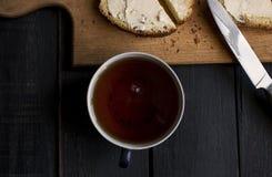 Tazza di tè sulla tabella di legno Fotografia Stock Libera da Diritti