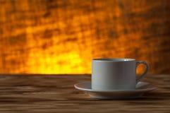 Tazza di tè sulla tavola di legno leggera sul fondo della iuta della sfuocatura prescelto fotografia stock