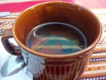 Tazza di tè tradizionale sull'isola di Taquile, lago Titicaca, Perù fotografie stock