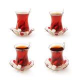 Tazza di tè turca messa con il percorso di ritaglio. Fotografia Stock