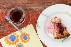Tazza di tè turco con torta di formaggio di recente al forno Fotografia Stock Libera da Diritti
