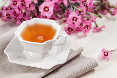 Tazza di tè verde sulla tavola bianca Immagini Stock