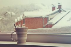 Tazza di tè vicino ad una finestra Fotografia Stock