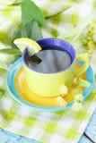 Tazza di tisana con i fiori ed il limone del tiglio Immagini Stock