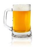 Tazza di vetro con birra su bianco immagini stock