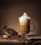 Tazza di vetro con i chicchi di caffè immagini stock libere da diritti