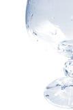 Tazza di vetro con le goccioline di acqua nel tono blu Immagine Stock
