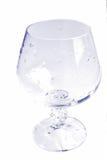 Tazza di vetro con le goccioline di acqua nel tono viola Fotografia Stock Libera da Diritti